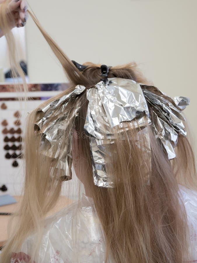 在头发的箔,当上色头发时 库存图片