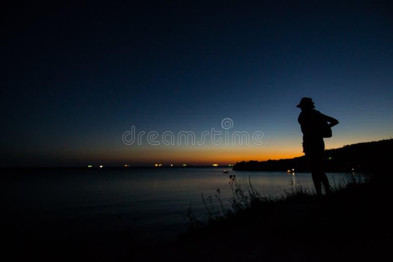 在外出的太阳的光芒的黑海海岸未了装配 免版税图库摄影