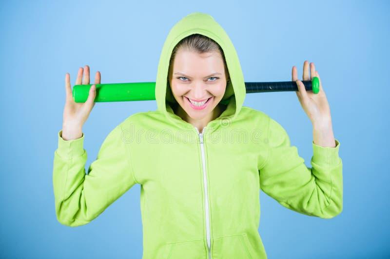 在她里面的能量 运动器材 运动健身 与棒球棒的妇女锻炼 有棒的愉快的妇女 战斗 库存图片