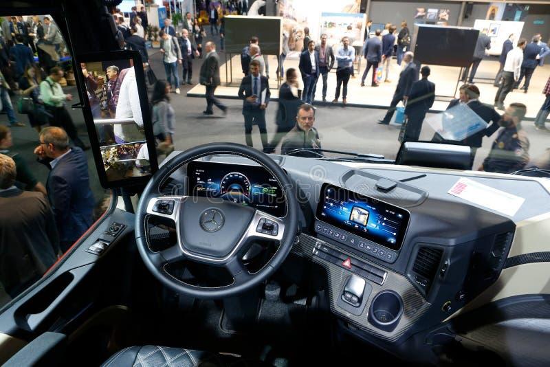 在奔驰卡车驾驶舱里面显示在流动世界国会2019年在巴塞罗那 图库摄影