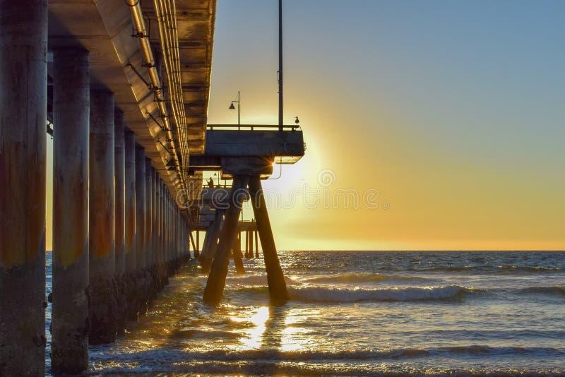 在威尼斯海滩码头的日落在洛杉矶,加利福尼亚 免版税库存照片