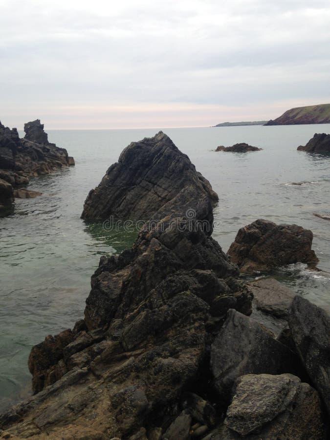 在威尔士海岸的接合的岩石 图库摄影