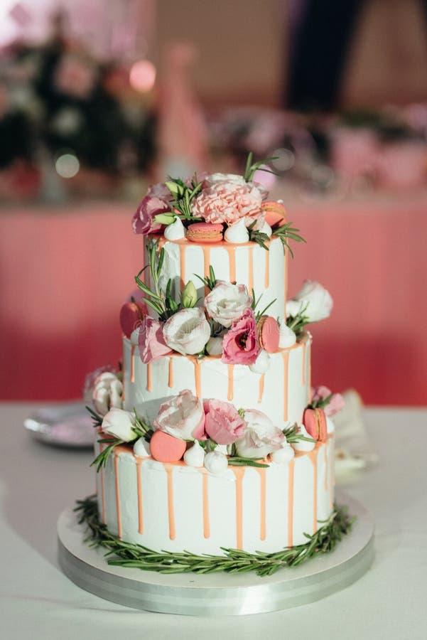 在婚礼的婚宴喜饼在桌上 免版税库存图片