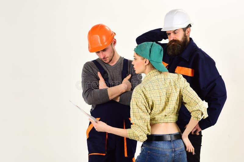 在客户和工作者之间的误解 年轻主妇妇女争论与男性水管工,安装工 免版税库存图片