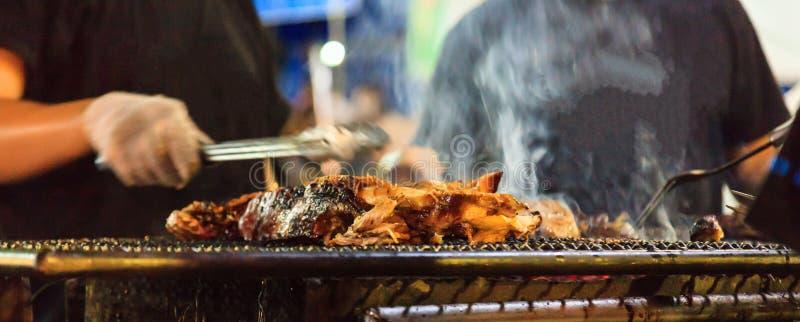 在室外壁炉的传统泰国街道食物,牛肉烤肉格栅烤肉的,被烹调在明火或活煤炭, 免版税库存照片