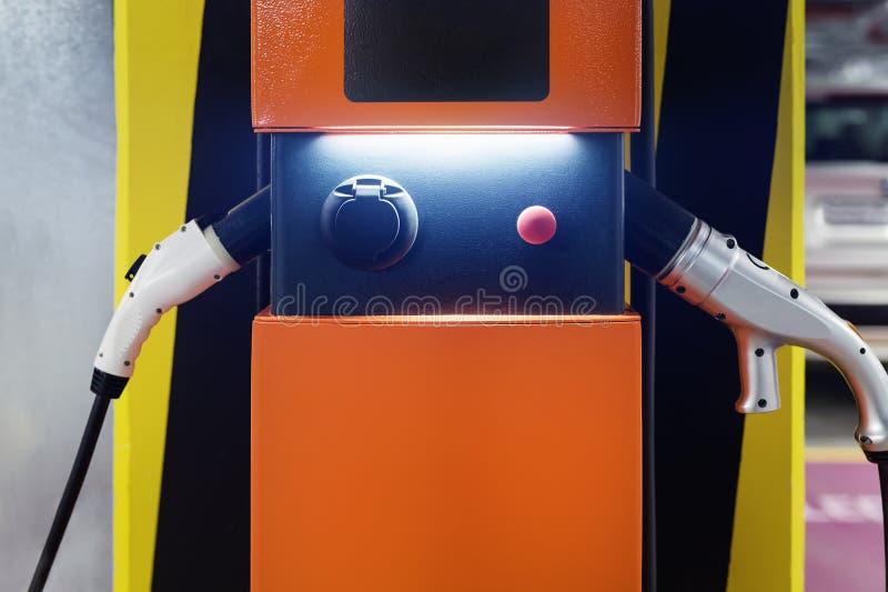 在室内地下停车处的电车快速的充电站 电源杂种电车的补给点网络 免版税库存图片