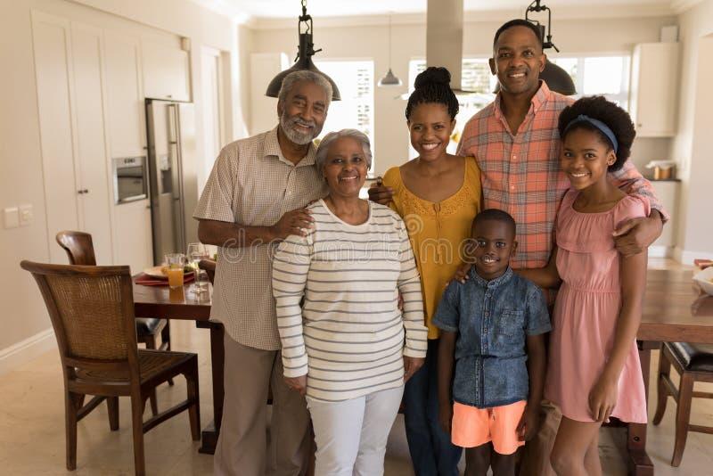 在家一起站立多代的家庭 库存照片
