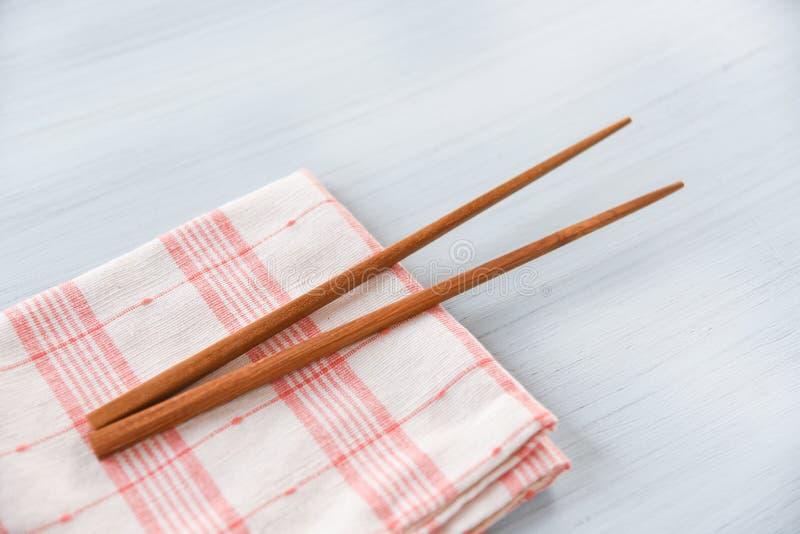 在家庭用亚麻布的木筷子厨具集合在饭桌零废物用途较不塑料概念 库存照片