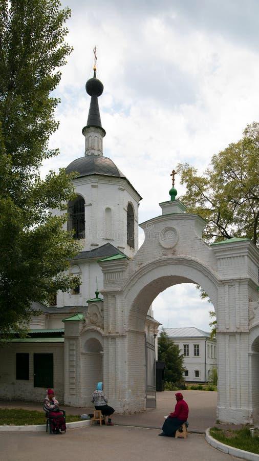 在对修道院的入口附近 免版税图库摄影