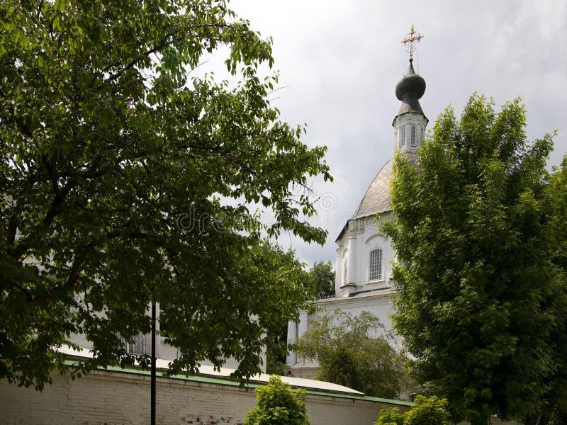 在对修道院的入口附近 免版税库存图片