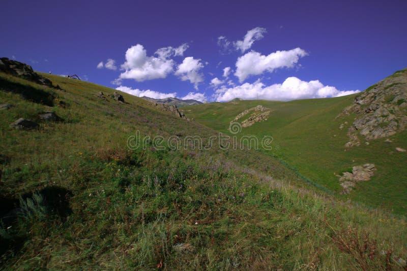 在小山的云彩 库存照片