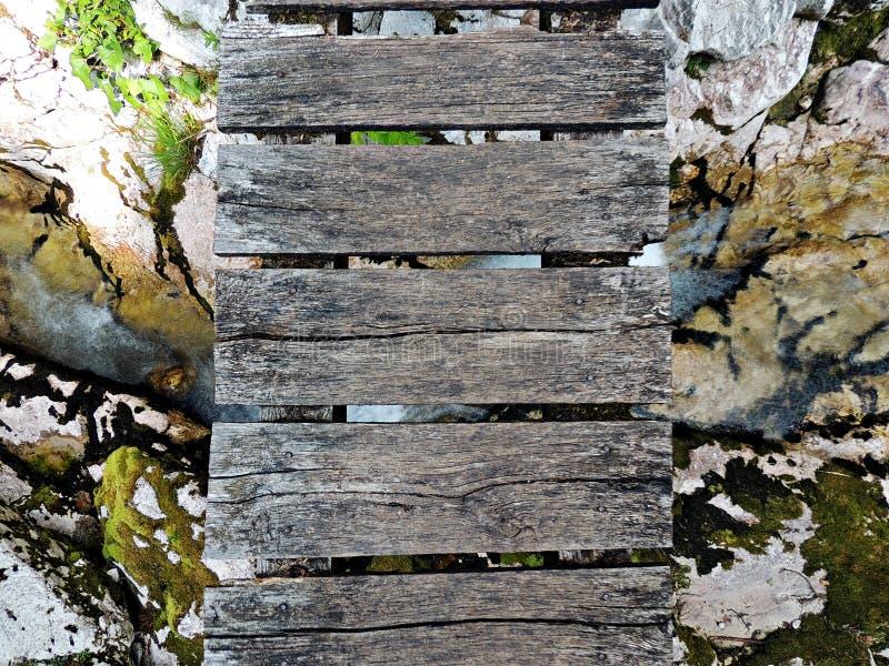 在小河上的桥梁在bovec附近的lepena谷 免版税库存图片