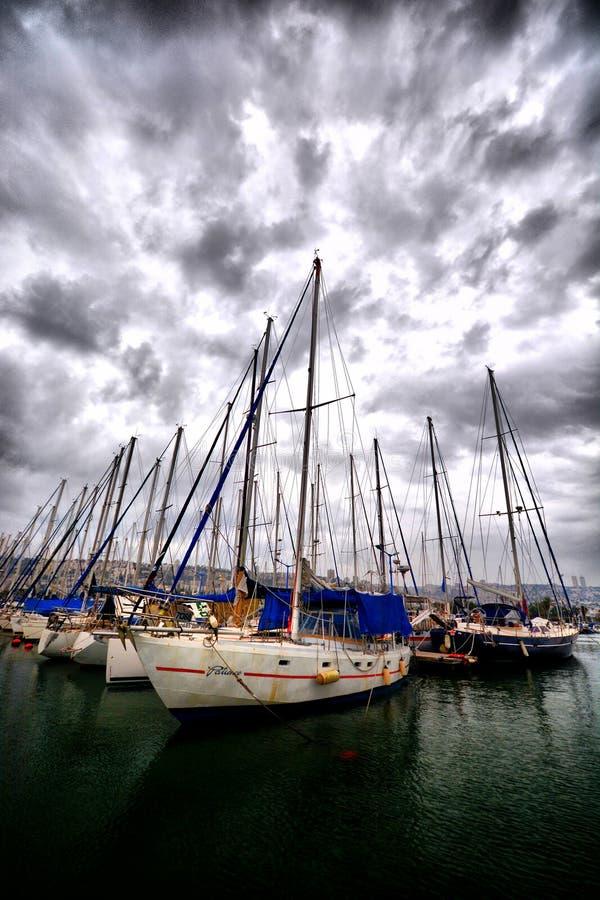 在小游艇船坞靠码头的帆船 库存照片