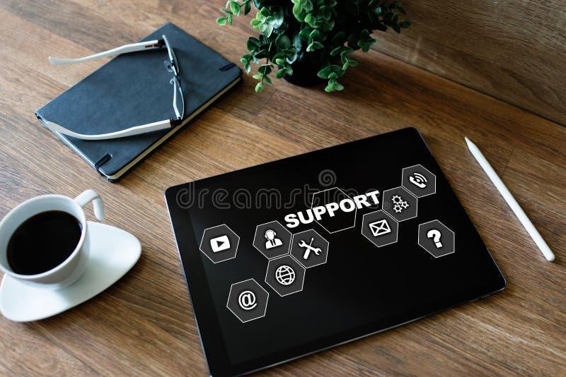 在屏幕上的技术支持象 帮助的电话集中 互联网和技术概念 免版税库存图片