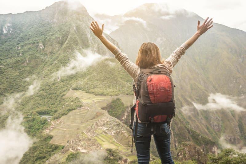 在山上面的女性旅客,看在马丘比丘 免版税库存图片