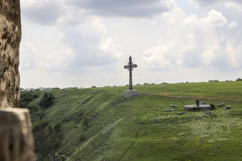 在山坡的基督徒十字架 免版税库存图片
