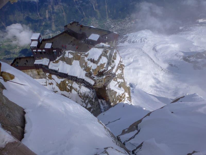 在山峰南针峰的最高的全景平台在滑雪村庄夏慕尼勃朗峰上的法国 库存图片