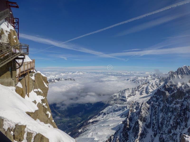 在山峰南针峰的最高的全景平台在滑雪村庄夏慕尼勃朗峰上的法国 图库摄影