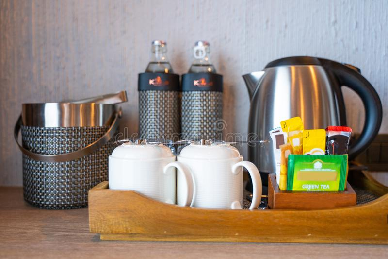 在屋子旅馆里和水设置的茶咖啡 图库摄影