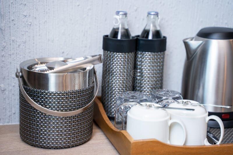 在屋子旅馆里和水设置的茶咖啡 免版税图库摄影