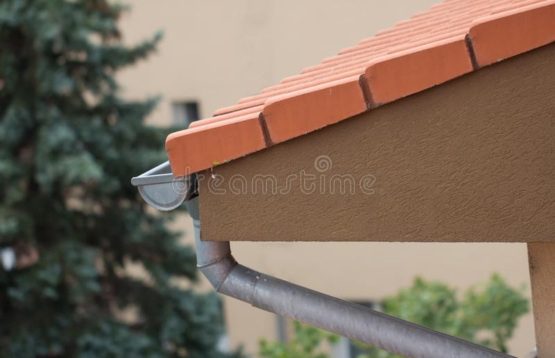 在屋顶的雨天沟 库存图片