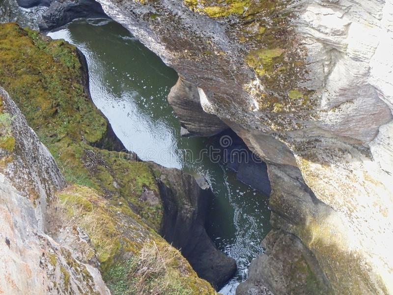 在岩石之间的一条河 免版税库存照片