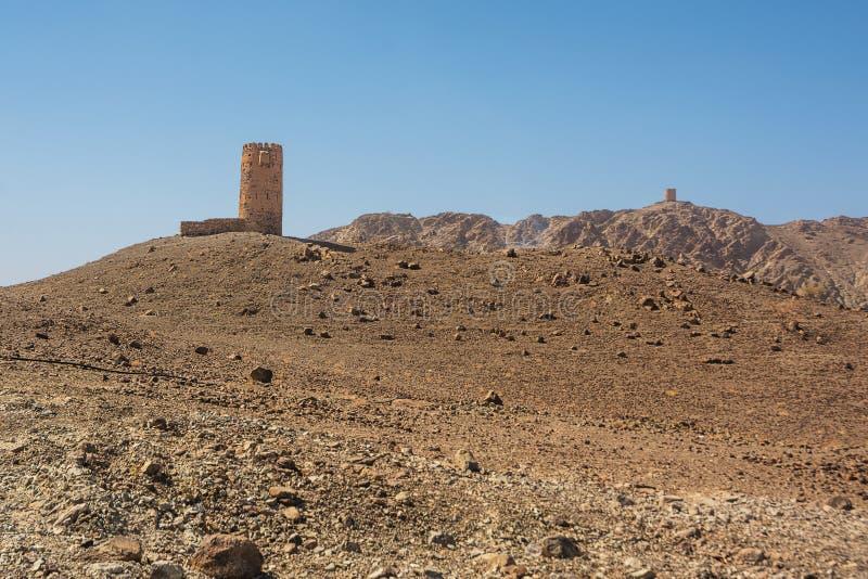 在岩石小山顶部的古老塔 免版税库存照片