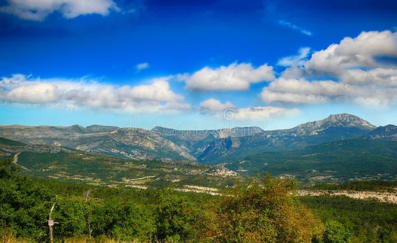 在峡谷维尔东和天空蔚蓝附近的法国山 库存照片