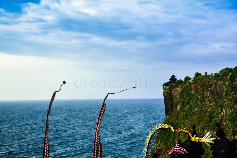 在峭壁的Goregeous浪漫日落在与神圣的寺庙的山顶部在上面 库存图片