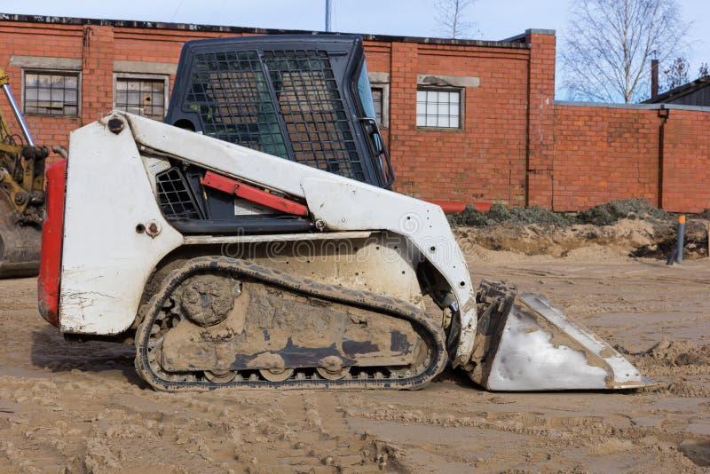 在工地工作的小excavatot 免版税库存图片