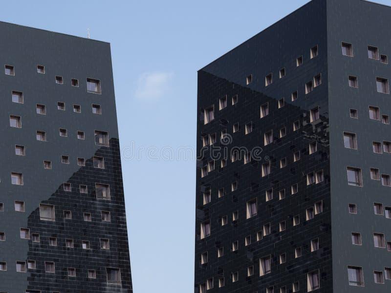 在希腊字母的第17字,米兰,意大利的现代大厦 库存照片