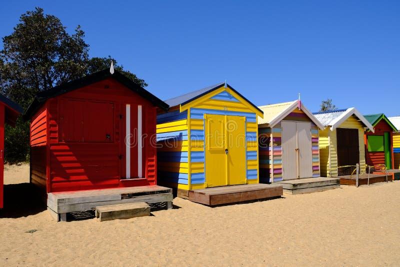 在布赖顿海滩,墨尔本,澳大利亚的五颜六色的沐浴的箱子 库存图片