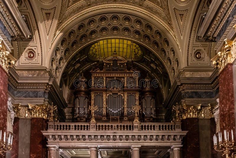 在布达佩斯内部细节的圣斯蒂芬s大教堂 天花板元素和器官 免版税库存图片