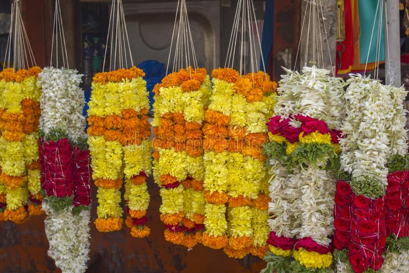 在市场上卖的鲜花明亮的五颜六色的花圈  免版税库存照片