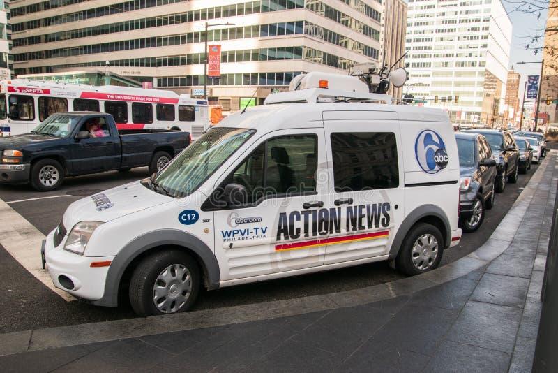 在市政厅前面停放的电视新闻搬运车在中心城市在这个日期 免版税库存照片