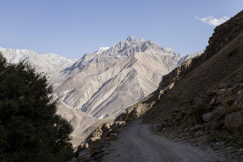 在帕米尔山的美好的风景 从塔吉克斯坦的看法往阿富汗在背景中与山峰 免版税库存照片