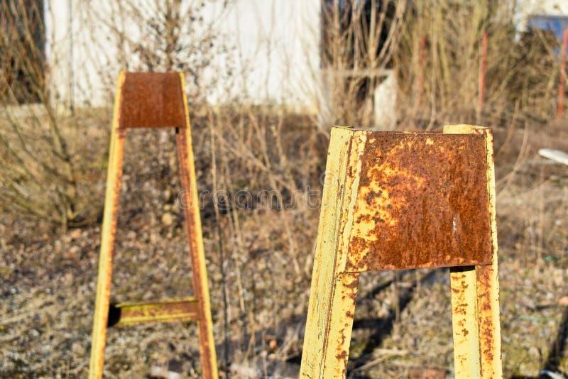 在干草的老生锈的金框架 库存照片