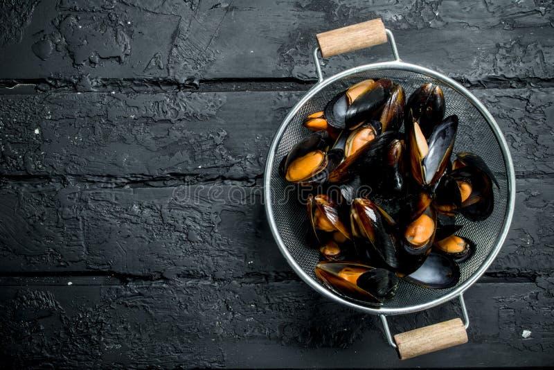 在平底深锅的新鲜的海鲜蛤蜊 库存图片
