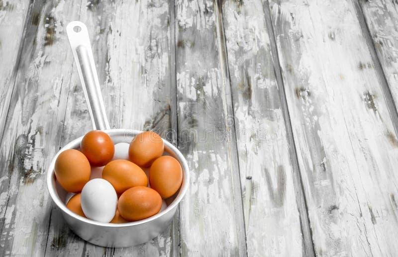 在平底深锅的鸡蛋 免版税库存照片