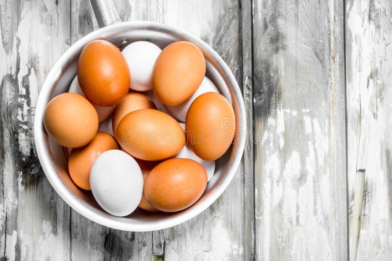 在平底深锅的鸡蛋 图库摄影