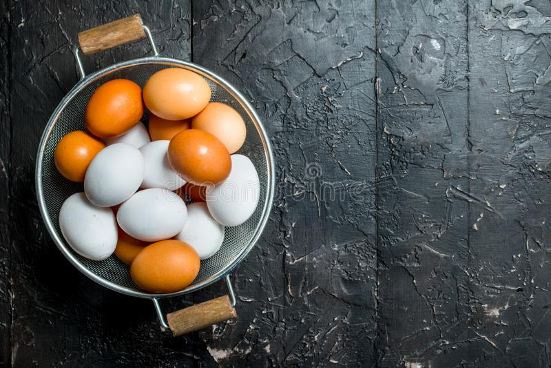 在平底深锅的鸡蛋 免版税图库摄影