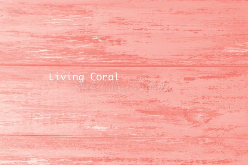 在年的居住的珊瑚颜色绘的木桌板条纹理 时髦柔和的淡色彩色背景 免版税库存照片