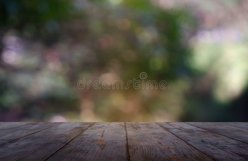 在庭院和自然光背景前面抽象被弄脏的绿色的空的木桌  对蒙太奇产品显示或设计 库存图片