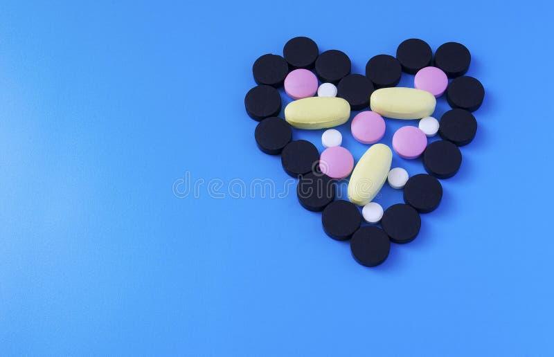 在心形的色的药片 免版税库存照片