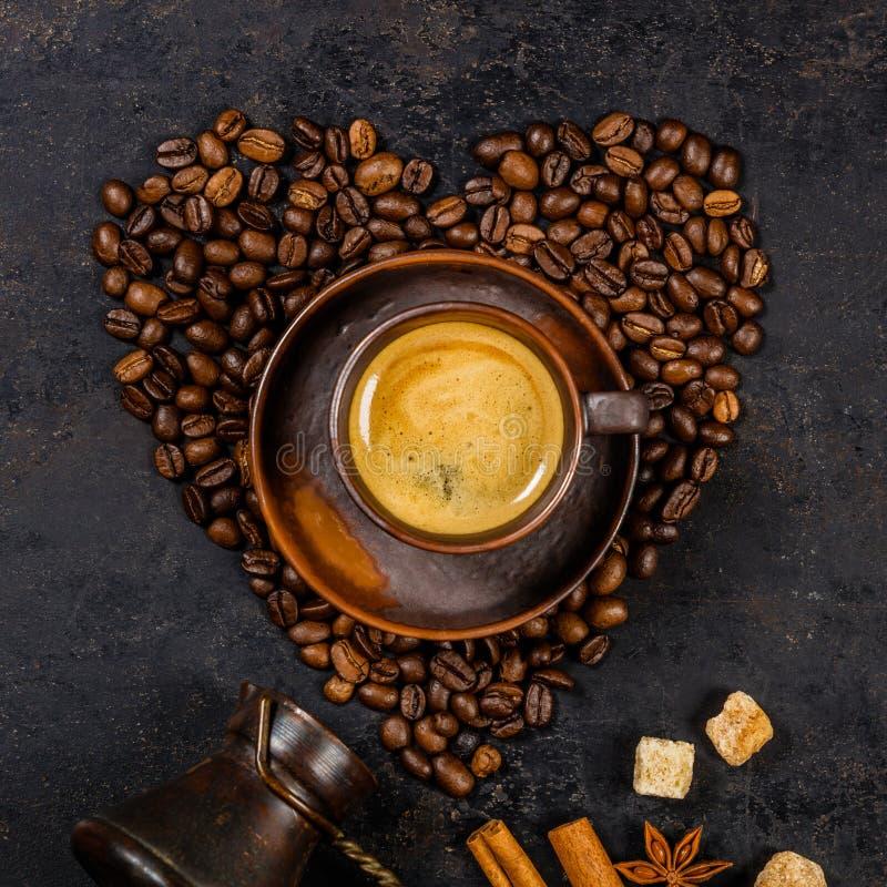 在心脏和浓咖啡形状的咖啡豆  库存图片