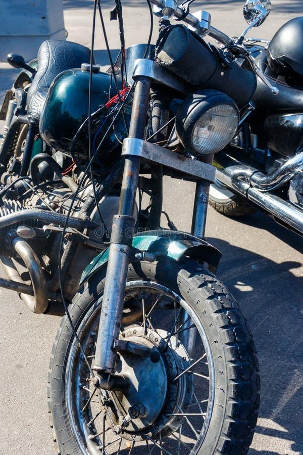 在城市街道上停放的摩托车特写镜头 库存照片