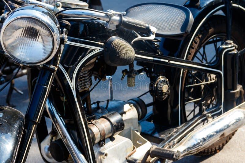 在城市街道上停放的摩托车特写镜头 免版税图库摄影