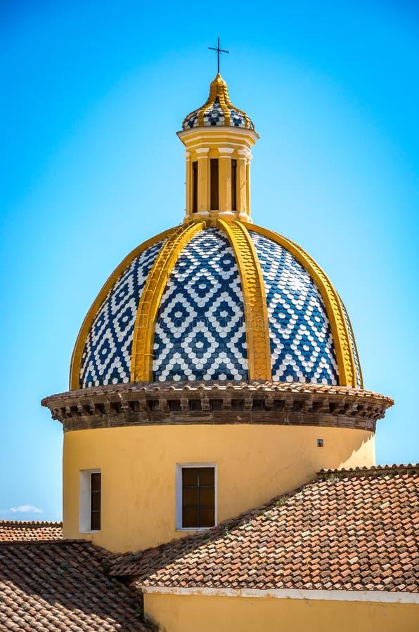 在圣热纳罗教会的看法有被环绕的屋顶的在Vettica马吉欧雷普莱亚诺,意大利 库存照片