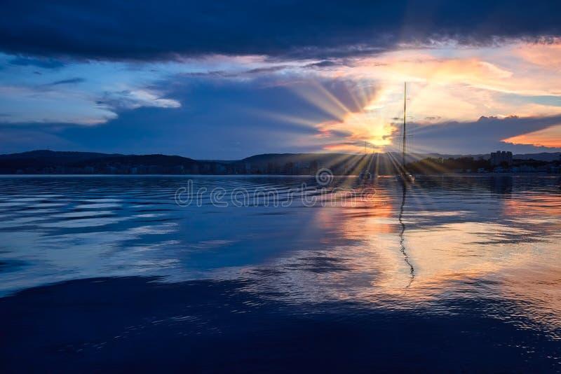 在地中海海洋在西班牙布拉瓦海岸,镇帕拉莫斯的美好的日落光 免版税库存照片