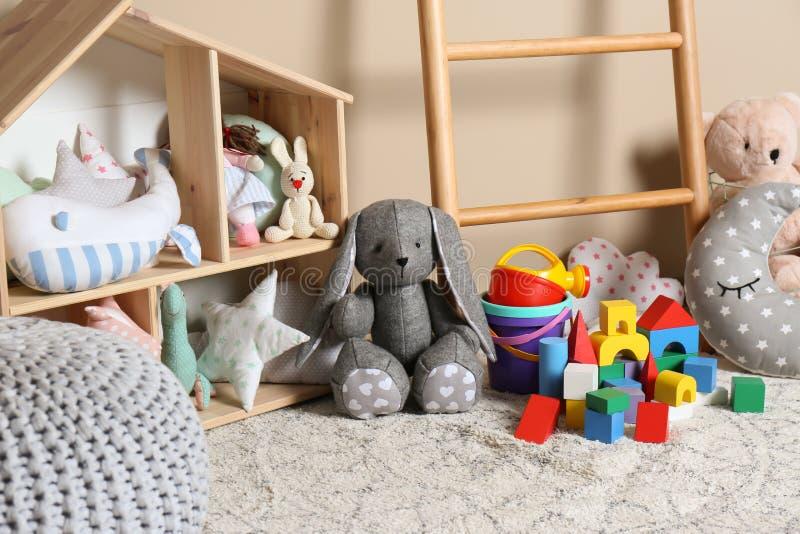 在地板上的不同的儿童玩具 免版税图库摄影